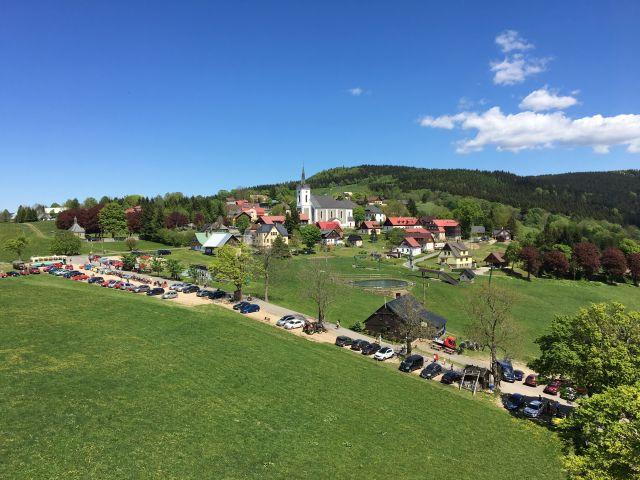 Rozhledna Maják Járy Cimrmana | Pohled na Příchovice a na rozhlednu Štěpánku | Chalupa Amálka výlety po Jizerských horách