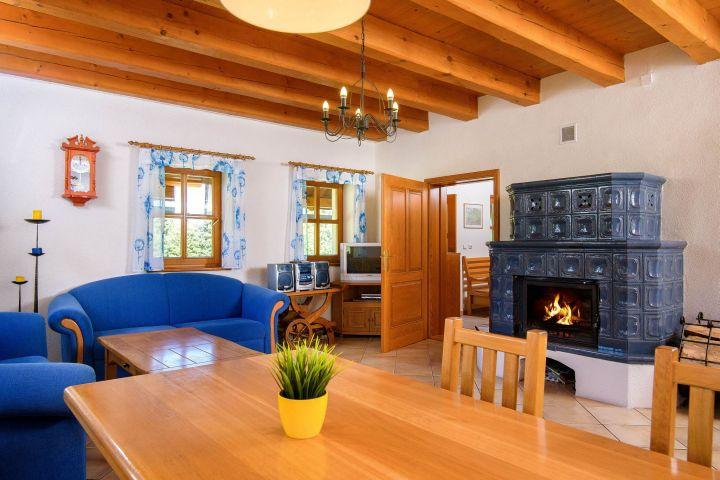 Obývací pokoj s kachlovými kamny | Chalupa Amálka Jizerské hory | Pronájem chalupy