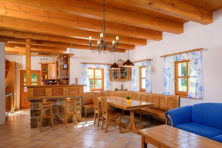 Jídelní kout a kuchyně | Chalupa Amálka Jizerské hory | Pronájem chalupy