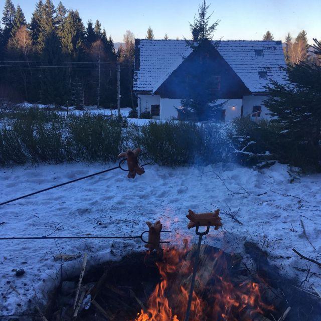 I v zimě se dají opékat buřty | Chalupa Amálka ubytování Jizerské hory