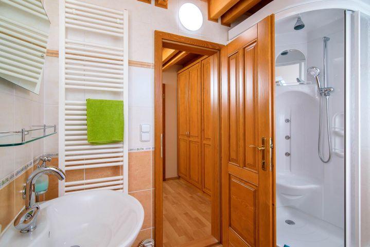Koupelna na Bramberku s masážním sprchovým koutem | Chalupa Amálka | Ubytování JIzerské hory
