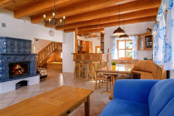 Obývací pokoj s kachlými kamny | Chalupa Amálka | Ubytování JIzerské hory