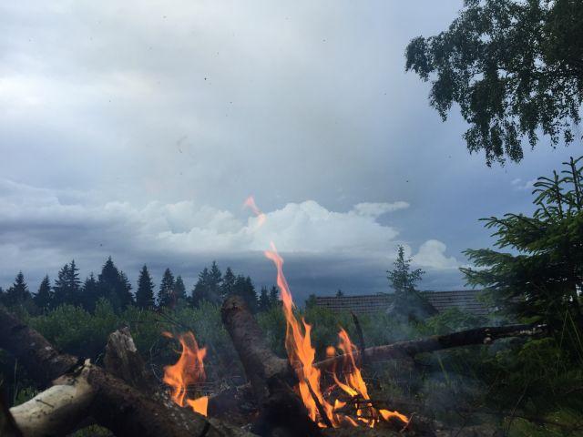 Posezení u ohně s výhledem na JIzerské hory | Ubytování JIzerské hory